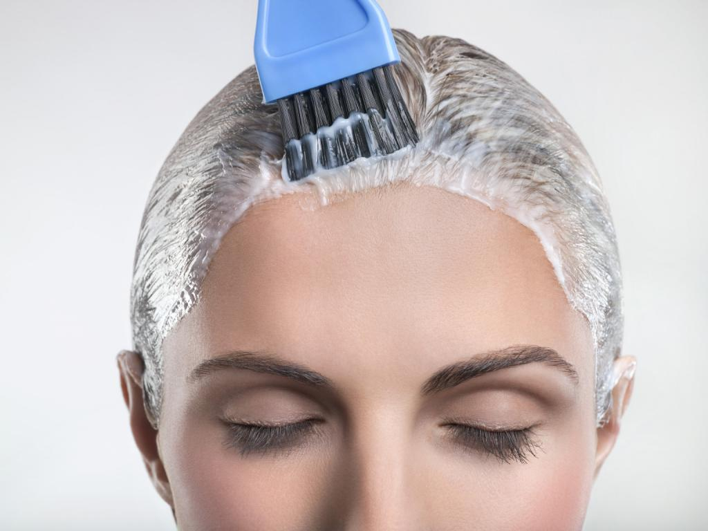 Как разводить порошок для осветления волос