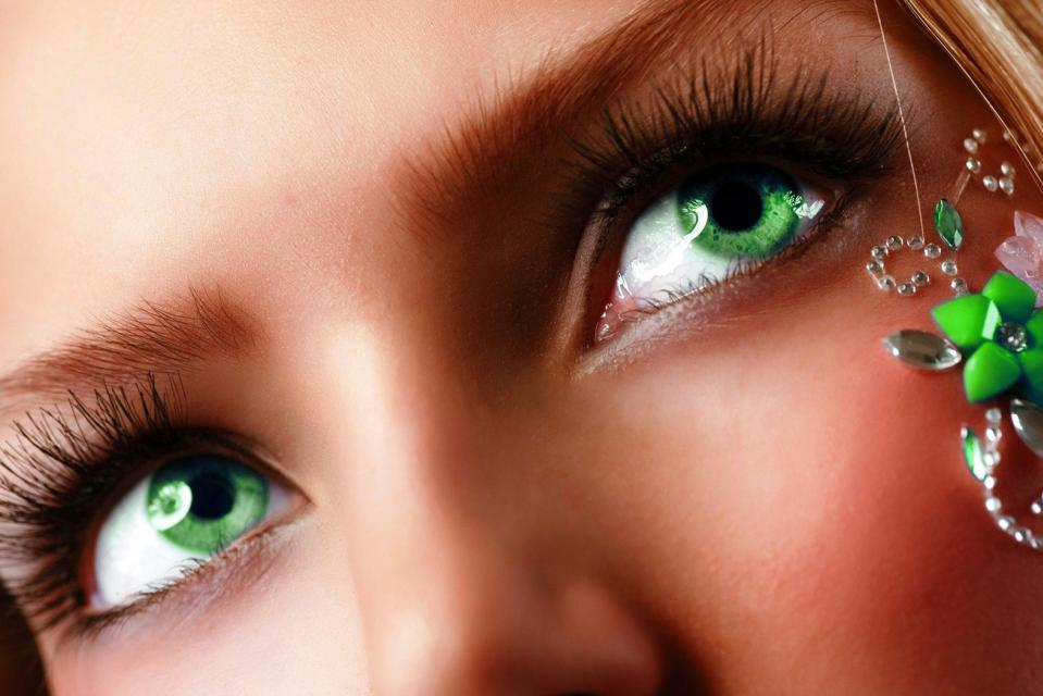 Темные волосы и зеленые глаза