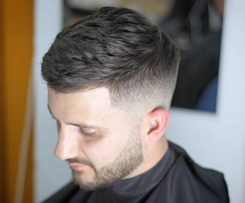 Постепенно длина волос увеличивается сзади и по бокам головы, а самые длинные волосы располагаются вверху.