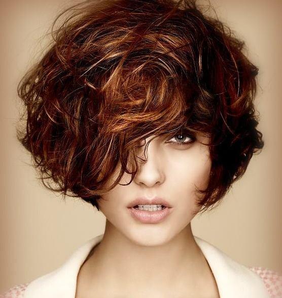 На волнистых волосах