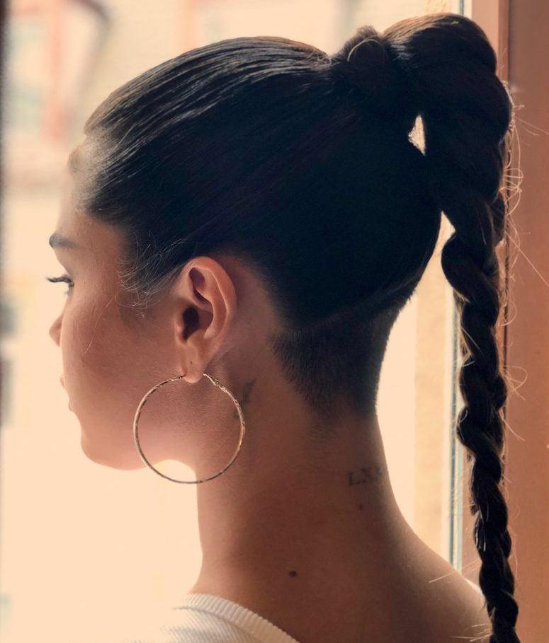 Коса с выбритым затылком.