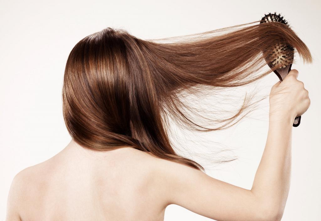 Расчесываем волосы.